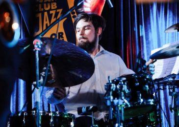 Где взрослому научиться играть на барабанной установке с нуля: все курсы и школы Москвы