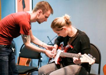 Где взрослому научиться играть на гитаре с нуля: все курсы и школы Москвы