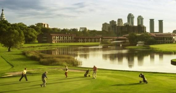 Где научиться играть в гольф: все клубы, поля и симуляторы Москвы и области, цены на игры и обучение