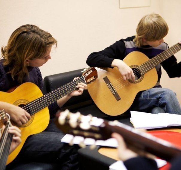 Где ребенку научиться играть на гитаре с нуля: все курсы и школы Москвы