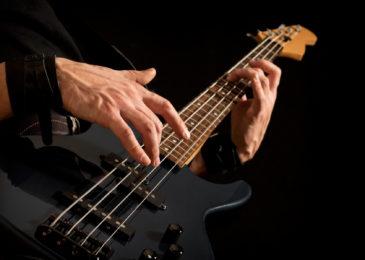 Где взрослому научиться играть на бас-гитаре с нуля: все курсы и школы Москвы