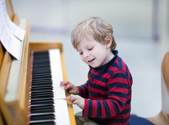 Где ребенку научиться играть на пианино (фортепиано) с нуля: рейтинг музыкальных школ и курсов Москвы